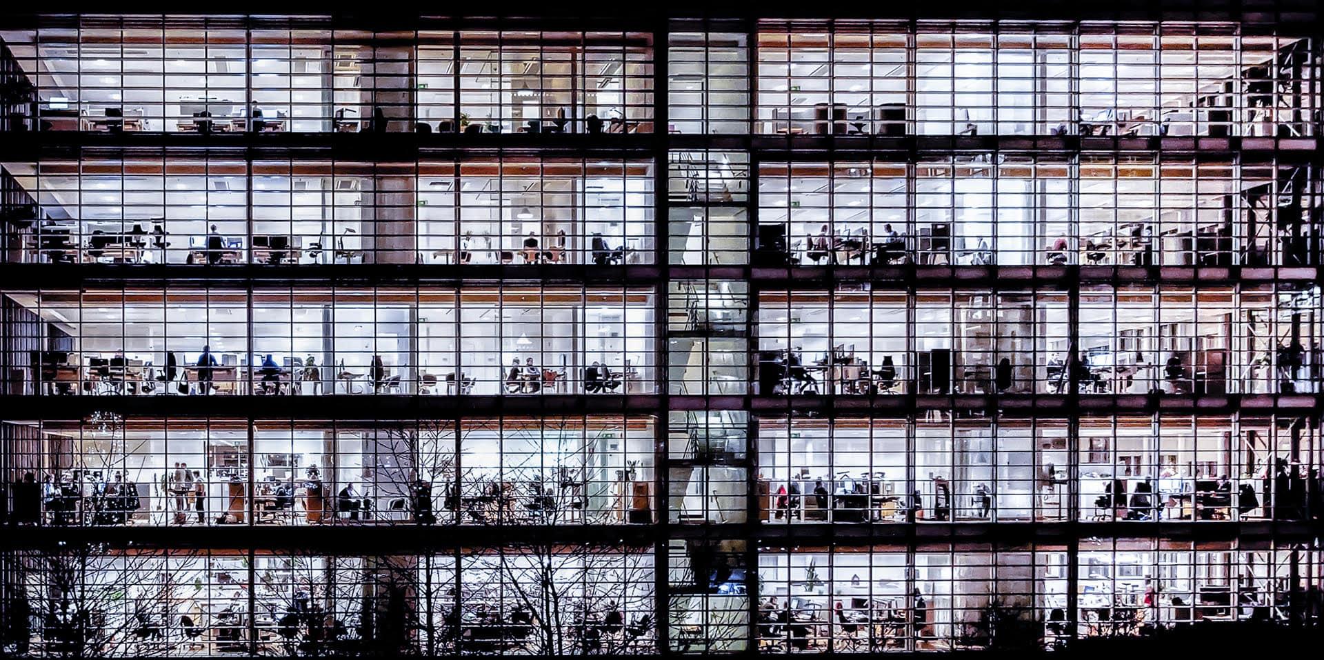 """""""Sent kontorsarbete"""" av Leif Eliasson Liten guldplakett - Klass A - Enstaka Digital färg/svartvit - Västsvenska FotoExpon 2021"""